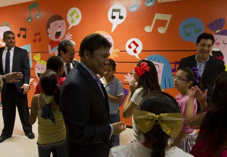 Los integrantes de Los Tigres del Norte convivieron con los estudiantes de música del Studio CM de Culiacán. (Notimex)