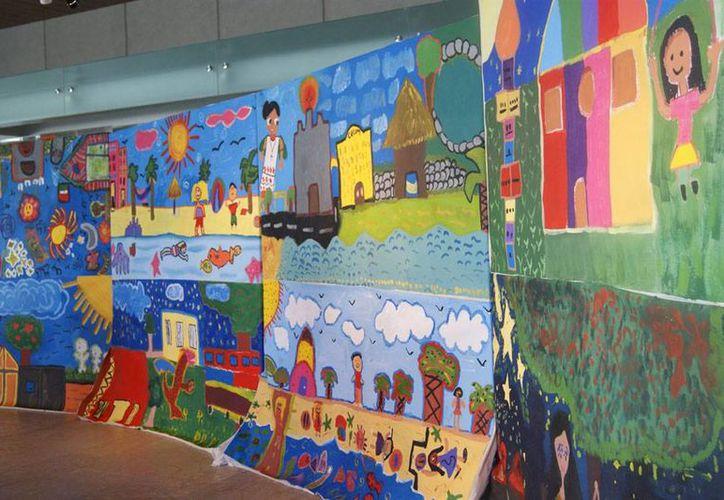 Algunos de los murales que niños pintaron durante un taller, en el marco del FICMaya 2014, recorrerán el estado, anunció el presidente ejecutivo del Festival, Jorge Esma. La imagen es de algunas de las obras. (NTX)
