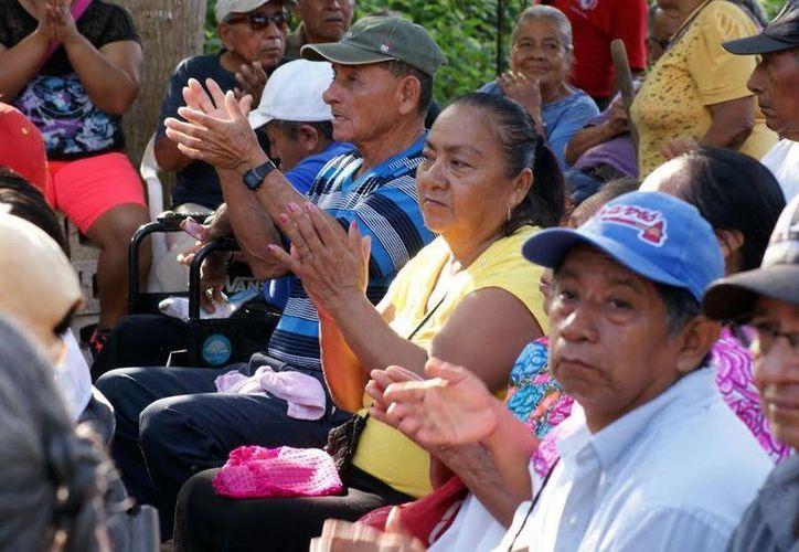 Apoyan a los adultos mayores con clases de yoga, inglés y ayuda jurídica. (Foto: Redacción)