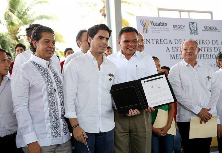 Durante el anuncio de la afiliación de 40 mil estudiantes yucatecos de escuelas públicas de nivel medio superior y superior al IMSS el gobernador Rolando Zapata declaró que lo más valioso que tiene la población, el estado y el país, son los jóvenes. (Foto cortesía del Gobierno de Yucatán)