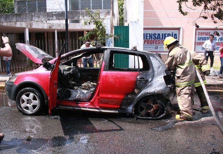 Bomberos llegaron al lugar para evitar una tragedia debido al fuego originado por el incendio de un automóvil en la avenida Colón por Reforma. (Jorge Acosta/Milenio Novedades)
