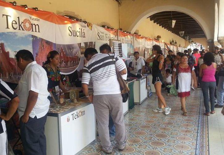 Los stands de los diferentes municipios yucatecos fueron colocados en los pasillos del Palacio Municipal. (Renán Moguel/SIPSE)