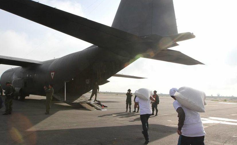 José Antonio Meade, titular de Sedesol, dijo que de ser necesario los traslados aéreos se extenderían de forma indefinida si continúa el conflicto magisterial. Imagen del momento en que el avión Hércules C-130 es cargado con alimentos para ser enviados a Oaxaca. (Notimex)