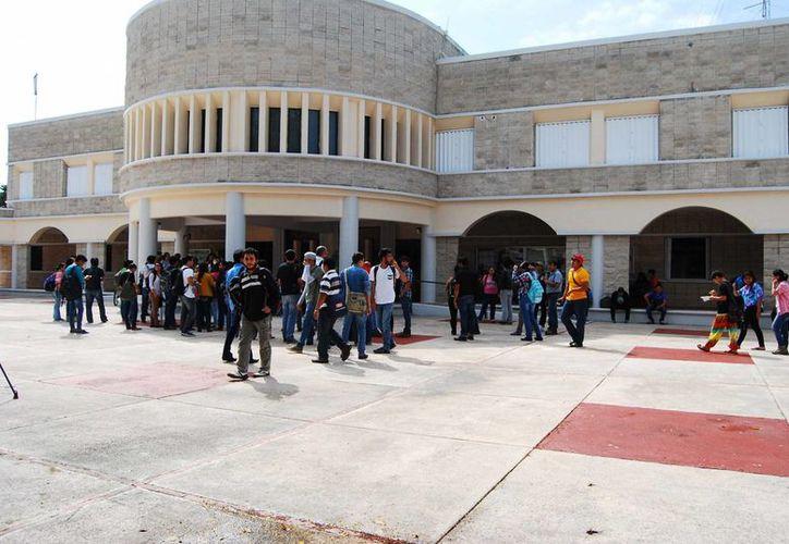 Los alumnos mostraron su inconformidad por la decisión tomada por las autoridades de la universidad. (Harold Alcocer/SIPSE)