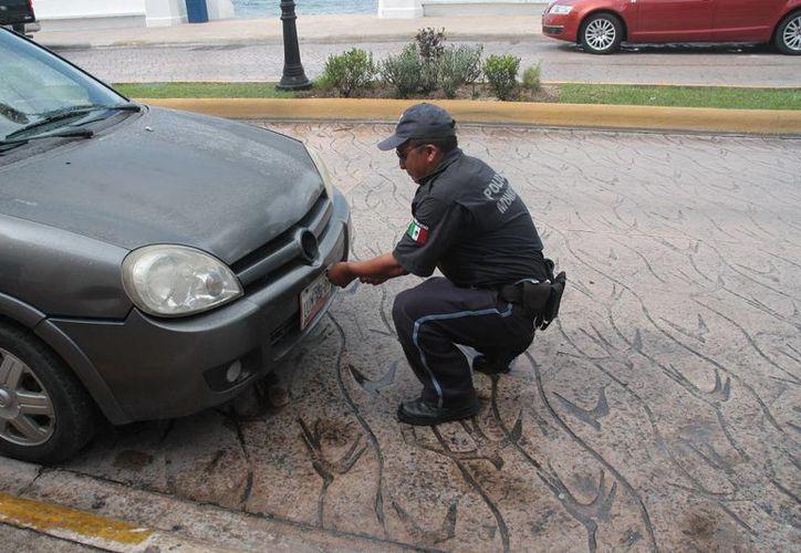 Los policías retendrán la placa del vehículo cuando no se pague el servicio de estacionamiento. (Julián Miranda/SIPSE)