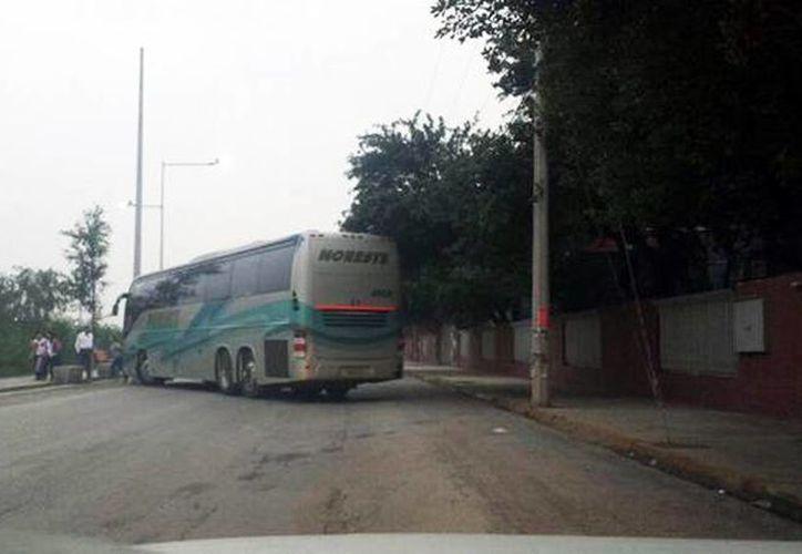 Supuestos delincuentes utilizaron un camión de pasajeros para efectuar un bloqueo en una de las calles de Reynosa. (Foto tomada de @Reynosfera)