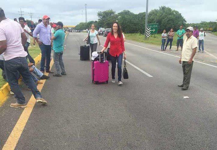 Algunos turistas descendieron de los vehículos para continuar el trayecto a pie. (Edgardo Rodríguez/SIPSE)