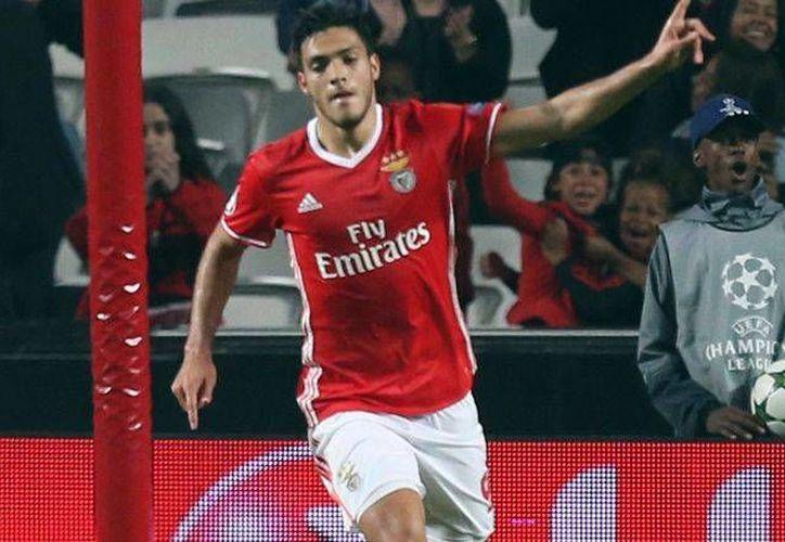 Raúl Jiménez lleva tres juegos de manera consecutiva que marca gol con Benfica. (AP)