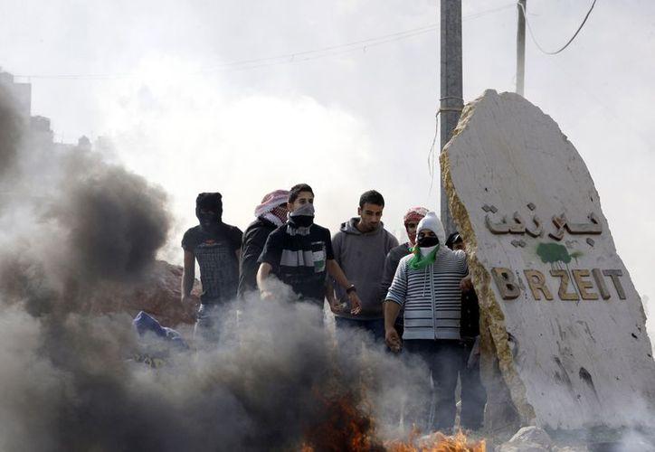 Estudiantes de la Universidad Birzeit se manifiestan contra la violencia en la Franja de Gaza. (Agencias)