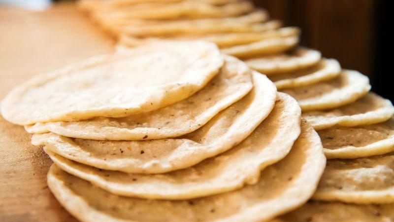 cuantas calorias tiene una tortilla de maiz regular