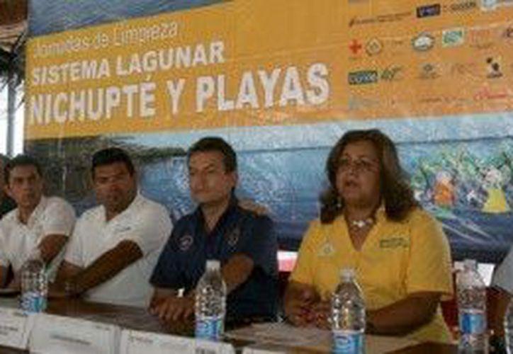 La directora de Ecología municipal invita a la ciudadanía a participar en la campaña de limpieza de playas. (Cortesía/SIPSE)