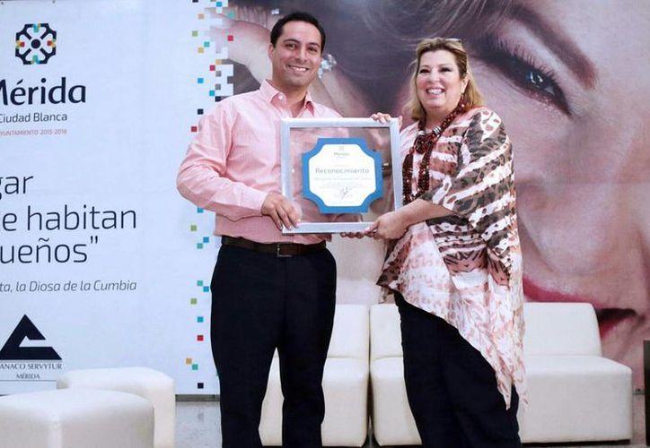 El alcalde Mauricio Vila Dosal entregó un reconocimiento a la cantante Margarita. (Milenio Novedades)