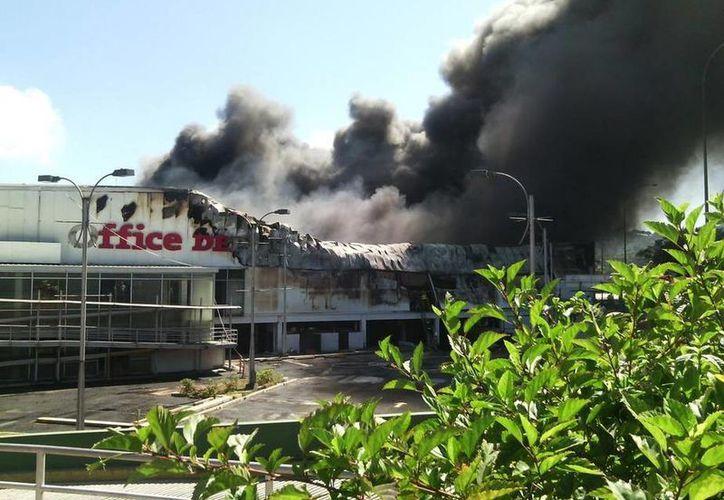 Los bomberos y la Fuerza Aérea salvadoreña lograron controlar las llamas después de cuatro horas. (Twitter/@TN23NOTICIAS)