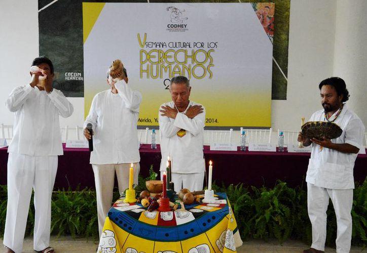 Ceremonia maya con la que comenzó en la UTM la V Semana Cultural por los Derechos Humanos. (SIPSE)