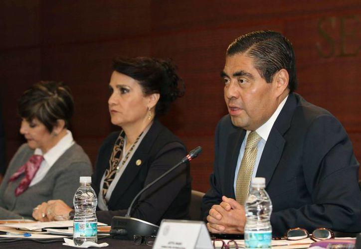 La denuncia contra Coldwell fue interpuesta por Miguel Barbosa (d) y Dolores Padierna (c), coordinador y vicecoordinadora del PRD en el Senado. (Notimex/Foto de archivo)