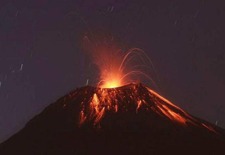 El volcán Tungurahua mantiene alta actividad y riega de ceniza en varias zonas. (Agencias)