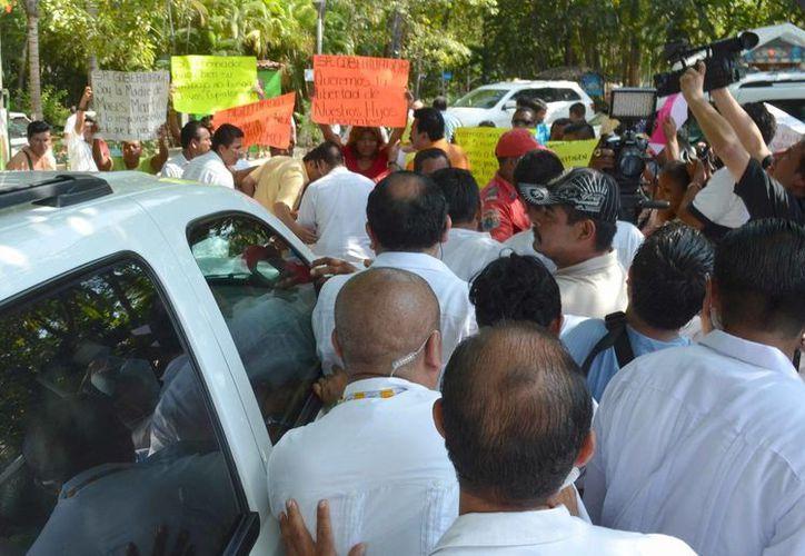 La manifestación comenzó con una guardia en la sede de la Policía Federal en Acapulco. (EFE)