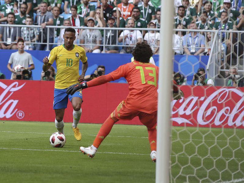México, que tratará de ganar y eliminar por primera vez a Brasil en un Mundial, viene de caer 0-3 (foto) ante Suecia (Foto AP)