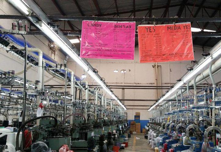 Las industrias manufactureras se incrementaron 2.3 por ciento, en tanto que la minería cayó 4.2 por ciento. Imagen de una fábrica de ropa en Guadalajara. (Archivo/Notimex)