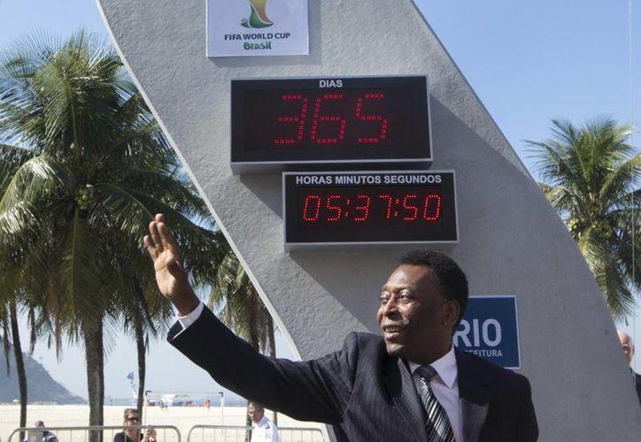 Pelé se vio obligado a divulgar un comunicado en el que afirmó que solamente está en contra de los abucheos contra la selección nacional y de las protestas violentas. (Agencias)