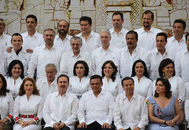 Legisladores y autoridades, en el marco de la foto oficial del encuentro. (Milenio Novedades)