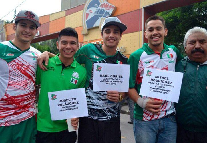 Los pugilistas mexicanos acudieron a Río 2016, con nula ayuda por parte de la Conade, por lo que meses antes de la justa Olímpica, tuvieron que salir a pedir dinero en las calles. (Foto tomada de Facebook/Federación Mexicana de Boxeo)