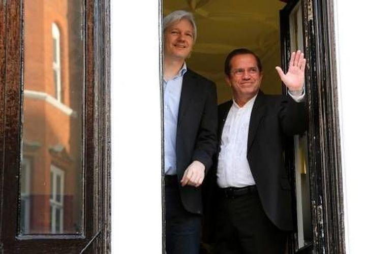 Julian Assange (izq) junto al ministro de Exteriores de Ecuador, Ricardo Patiño en la embajada ecuatoriana en Londres