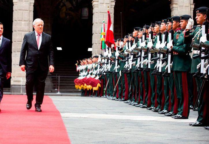El presidente Enrique Peña Nieto recibió a su homólogo de Suiza, Johann Schneider-Ammann, en Palacio Nacional, el viernes 4 de noviembre de 2016. (Notimex)