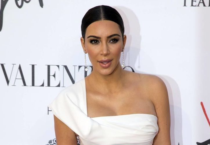 La estrella de la televisión fue sorprendida por el bromista ucraniano, en el momento en que llegaba a un evento importante en París.(Andrew Medichini/AP)