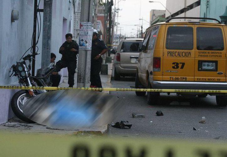 El chofer de la camioneta de pasajeros fue detenido para deslindar responsabilidades. (Jorge Sosa/SIPSE)
