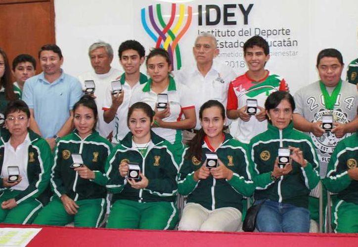 Imagen de los deportistas con sus medallas de plata que los acreditan como ganadores del 'Mérito 2014' en su terna. (Milenio Novedades)