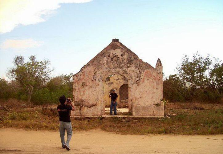 Las ruinas de lo que fue la capilla de Real de Salinas. (Jorge Moreno/SIPSE)
