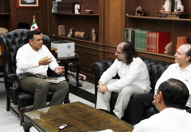 El gobernador de Yucatán, Rolando Zapata Bello (izquierda), con impulsores de la iniciativa para que las matemáticas mayas sean Patrimonio Cultural de la Humanidad. (SIPSE)