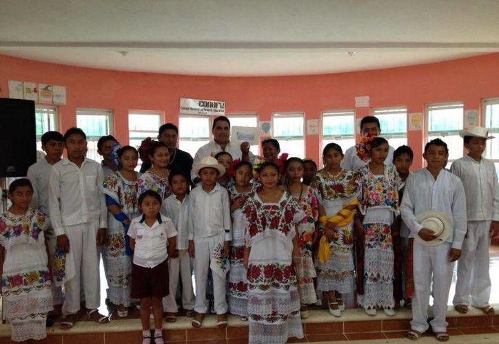 El grupo jaranero recibió un apoyo con el que obtendrán sus trajes. (SIPSE)