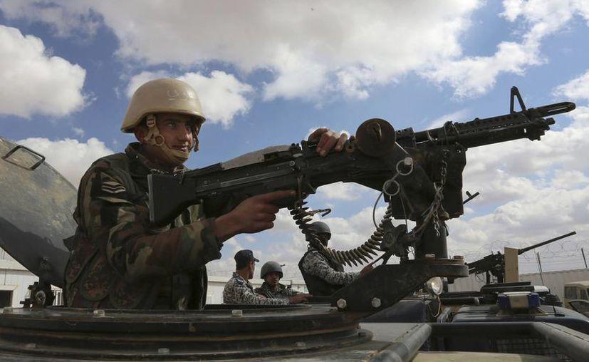 Foto de contexto de un soldado jordano se encuentra en la frontera nororiental con Siria, cerca del campamento informal de Rukban. Al menos siete personas murieron el lunes debido a ataques aéreos en Damasco en contra de opositores. (Foto AP / Raad Adayleh)