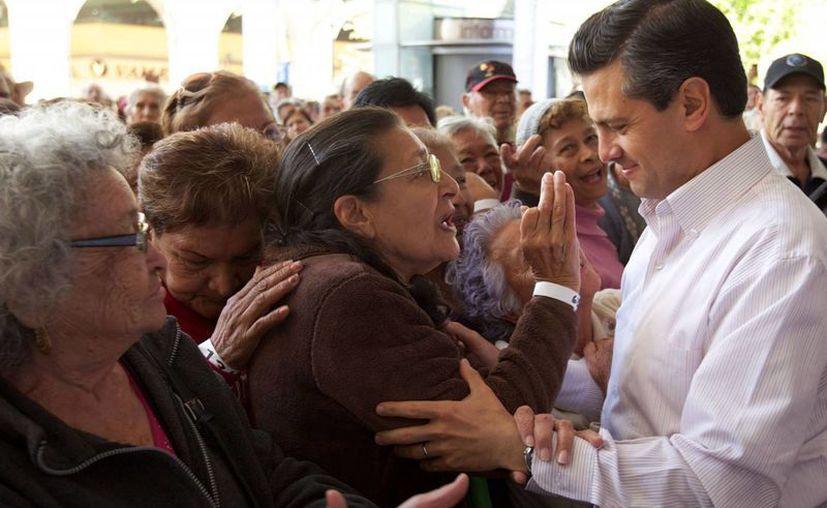 El presidente Enrique Peña durante su arribo al acto de arranque del Programa de Pensión Nacional para adultos mayores (Agencias)