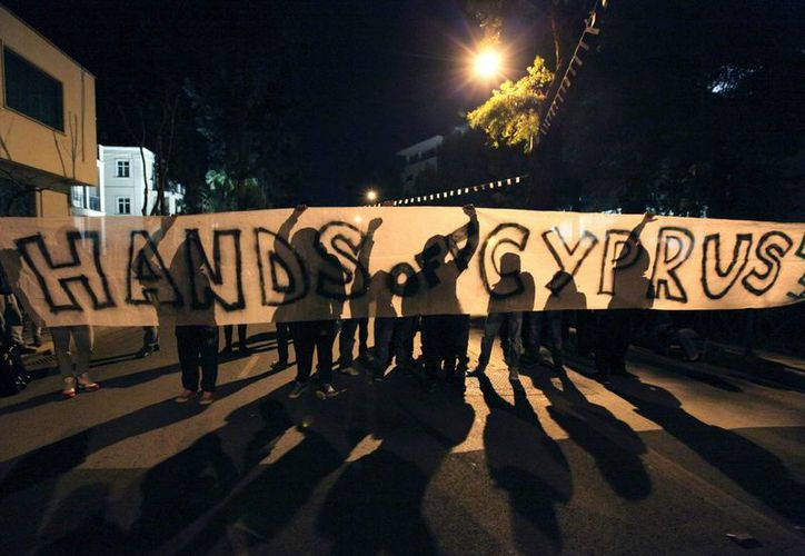 Manifestantes protestan frente a la Casa de la Unión Europea en Nicosia, Chipre. (EFE)