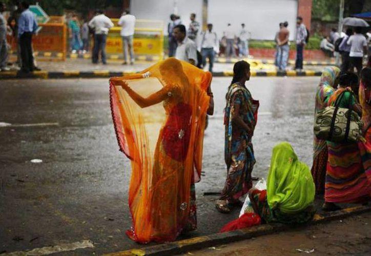 Una joven de 15 años lucha por su vida en un hospital de Nueva Delhi luego que la violaron y quemaron en la azotea de la vivienda de su familia en un pueblo de la India. Imagen de contexto. (Archivo/AP)