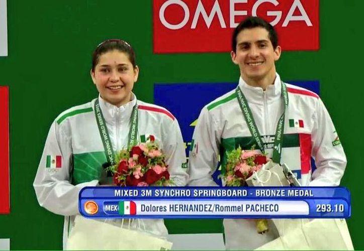Dolores Hernández y Rommel Pacheco ganaron bronce en la competencia de clavados mixtos, en la Serie Mundial de China. (Conade)