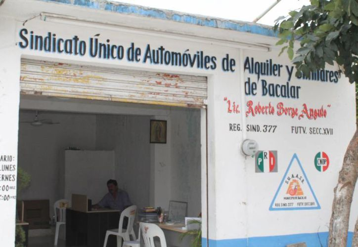 Algunos taxistas aseguran que desde hace dos años no llenan el tanque, ya que las cuentas no lo permiten. (Omar Capistrán/SIPSE)