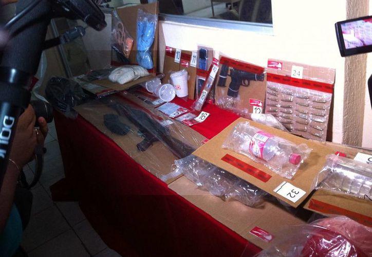 Las autoridades encontraron diversas evidencias en la casa de seguridad, entre ellas identificaciones y tickets de compra. (Cortesía)