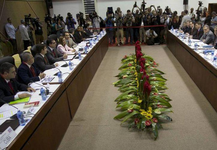 La delegación de EU (der) y la delegación de Cuba durante las negociaciones diplomáticas en La Habana, Cuba. (Agencias)