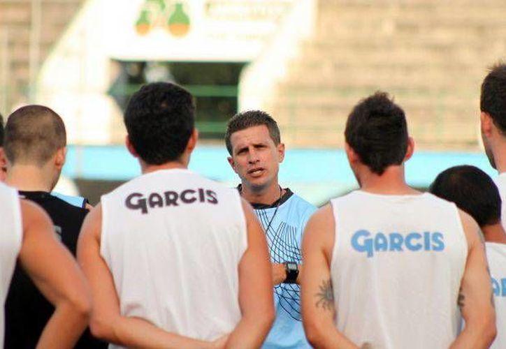 Ricardo Valiño entredador del CF Mérida con sus pupilos. (SIPSE)