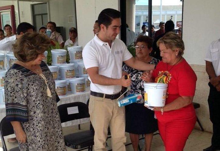 Luis Enrique Borjas Romero, delegado federal de la Sedesol al momento de entregar parte de los apoyos a habitantes de Tizimín. (Milenio Novedades)