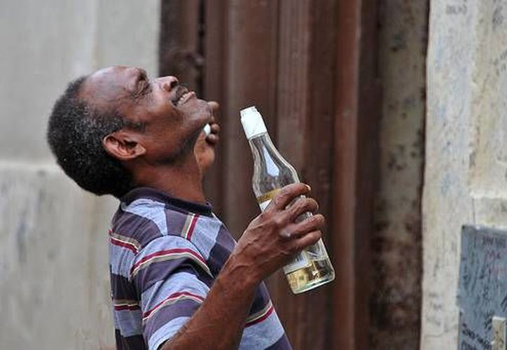 El diario oficial Granma narró el caso de un hombre que terminó por vender la casa de su esposa para poder comprar más alcohol. (desdelahabana.net)