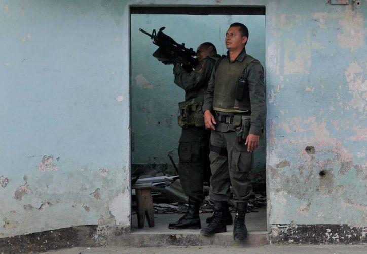 Los 32 militares activos y en retiro son acusados del delito de fraude procesal, falsedad, prevaricato, peculado y concierto para delinquir. Imagen de dos elementos del Ejército colombiano. (EFE)