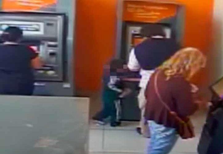 El niño esperó a que un hombre sacará el dinero para arrebatarselo, pero lo alcanzaron. (Foto: Captura)