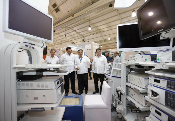 Tras cortar el listón inaugural, el gobernador Zapata Bello recorrió  la Expo Comercial con lo más novedoso en equipos e instrumentos de alta tecnología para médicos. (Milenio Novedades)
