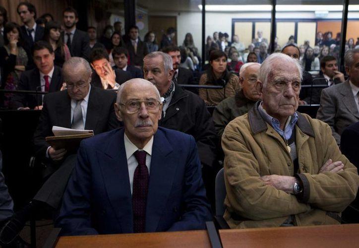 Jorge Rafael Videla y Reynaldo Bignone durante uno de los juicios en su contra. (Archivo/Agencias)