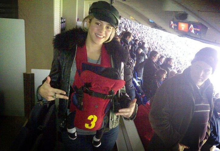 Su primera salida oficial al Camp Nou, con gol de su papito!, escribió Shakira, que aparece con Milan. (Facebook)